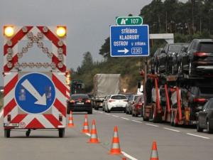 Nehoda osobního automobilu a dvou nákladních ochromila provoz na dálnici D5