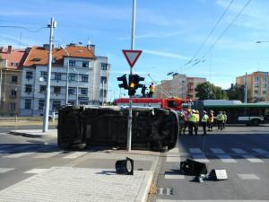 Křižovatku Rokycanská – Masarykova - Dlouhá blokuje nehoda dvou dodávek
