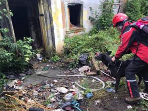Část domu, kde živoří bezdomovci šla k zemi.V troskách hasiči nikoho nenašli