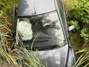 Mokrá silnice dělala problémy mnoha řidičům v regionu, složky IZS se nezastavily