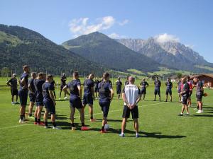 Hráči Viktorie si užívají soustředění pod alpskými vrcholky, dnes je čeká první zápas