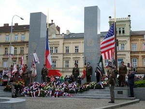 Mike Pompeo v Plzni položí květiny u památníku Díky, Ameriko! a pronese projev