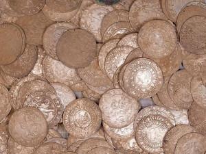 Unikátní nález! Muž na procházce našel stovky stříbrných a zlatých mincí