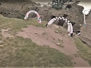 VIDEO: Superrychlé závodní drony svištěly přímo v objektu zříceny hradu Buben