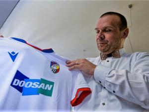Viktoriáni jsou hrdí na své město i na nové dresy, jeden věnovali primátorovi Plzně