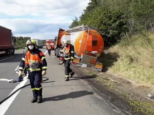 Provoz na dálnici D5 ochromila nehoda cisterny převážející kyselinu dusičnou