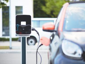 Majitelé elektromobilů mohou od září zdarma parkovat v plzeňských ulicích