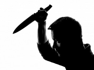 Partnerské neshody vygradovaly v pokus o vraždu, muž napadl nožem svou partnerku