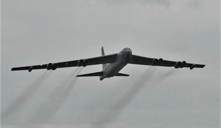Obří bombardér B-52 čeká 30 hodin letu, přeletí speciálně i nad památníkem Díky, Ameriko!