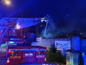 Experti pátrají po příčinách požáru skladiště v Přeštické ulici, areál obývají bezdomovci