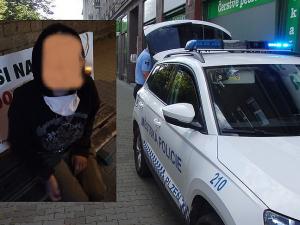 Zfetovaná žena bez roušky plivala po cestujících v trolejbusu a napadla i strážníky