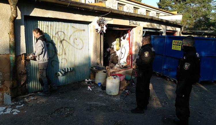 Bezdomovci museli vyklidit garáže pod dohledem městské policie, budou se bourat
