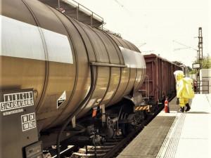 Hasiči zasahovali na železnici v Jateční ulici, z cisterny na kolejích unikl oxid uhličitý