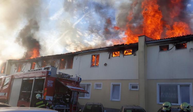 Za požár ubytovny na Karlově, při němž uhořela mladá žena, má jít viník na čtyři roky do vězení