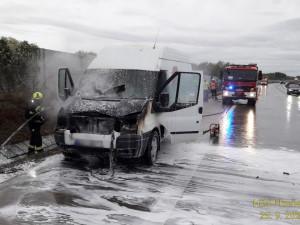 Dodávka s nákladem cigaret začala dnes ráno hořet při jízdě na dálnici D5