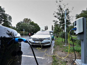 První městská nabíjecí stanice pro elektromobily je zdarma na parkovišti před zoo
