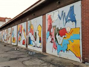 Barevné graffiti rozzářilo ponuré odběrové místo v koutě fakultní nemocnice na Borech