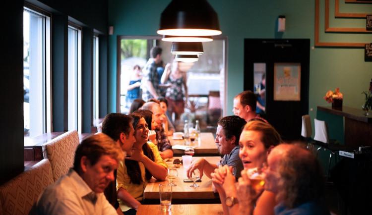 Prymula: Češi se asi kvůli covidu začnou v restauracích registrovat