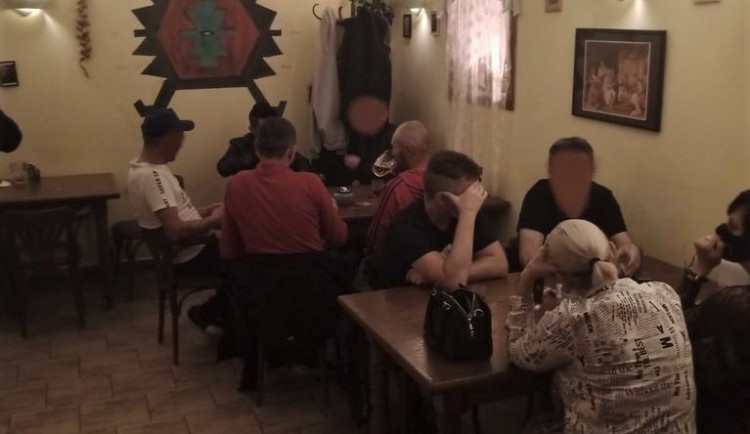 Dvacítka štamgastů popíjela v plzeňské hospodě ještě ve 23:25 hodin, majitele čeká tučná pokuta