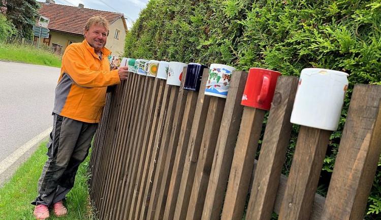 Unikátní plot na Plzeňsku zdobí 200 hrnků, občas nějaký zmizí, ale další se zase objeví