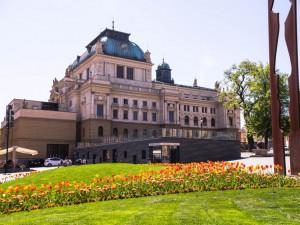Místo zrušených kulturních akcí se dnes večer na více než sedmdesáti místech rozsvítí Majáky české kultury