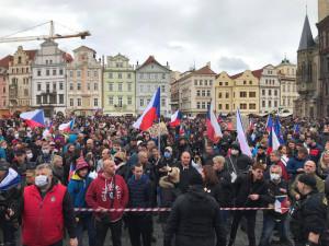 FOTO, VIDEO: Staroměstské náměstí se proměnilo ve válečnou zónu. Těžkooděnci zasahovali proti demonstrantům