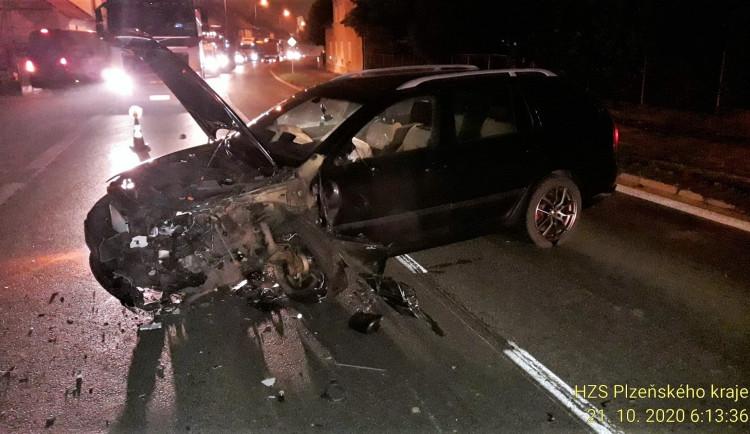 Osmnáctiletý řidič usnul za jízdy, napálil to do nádrže kamionu jedoucího v protisměru