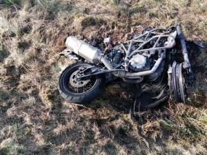 Při tragické srážce dvou motocyklů zahynuli dva muži, jeden z nich po nehodě ohořel