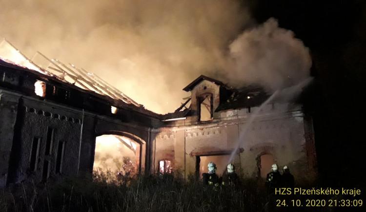 Sedm jednotek hasičů bojovalo od soboty s požárem zemědělského objektu
