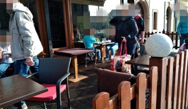 Kavárna v centru Plzně porušila krizové opatření. Měla otevřenou předzahrádku a personál obsluhoval hosty