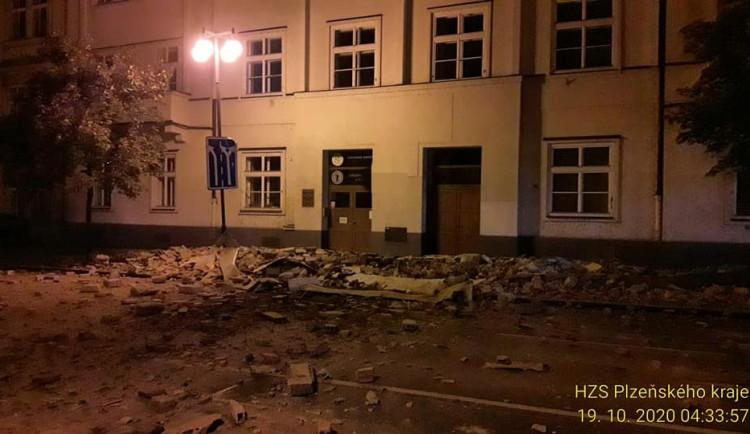 I nadále je pro dopravu uzavřena část Husovy ulice v centru Plzně kvůli pádu římsy