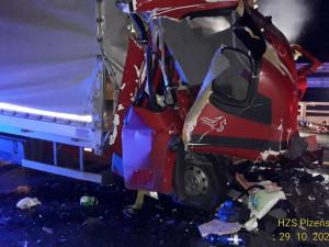 Náklaďák couval na dálnici D5 k čerpací stanici, zezadu do něj narazila dodávka a řidič zahynul