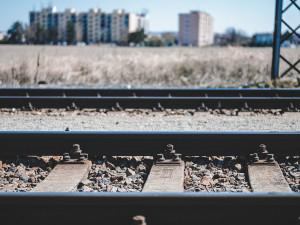 Další tragédie na kolejích, vlak ráno srazil a usmrtil ženu v Plzni - Křimicích