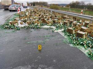 Po dálnici D5 se valily hektolitry plzeňského piva z rozbitých lahví