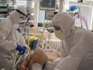 Ve fakultní nemocnici leží 16 pacientů napojených na plicní ventilaci