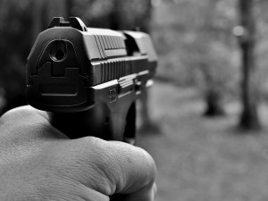 Ozbrojený konflikt dvou mužů zapříčinil zpomalovací retardér na ulici