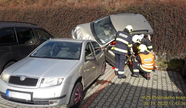 Senior (84) se zřítil na parkovišti z několikametrového srázu na jiný vůz