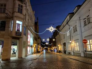 FOTOGALERIE: Některé plzeňské ulice a náměstí Republiky už rozzářila vánoční výzdoba