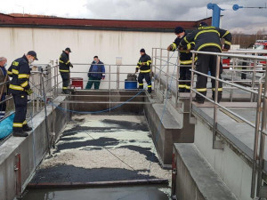 Velký únik ropných látek do plzeňské kanalizace! Likvidace trvala dva dny