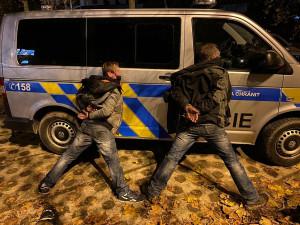 Pracovník Celní správy v civilu pronásledoval z místa činu dva zloděje, jeden ho napadl lahví