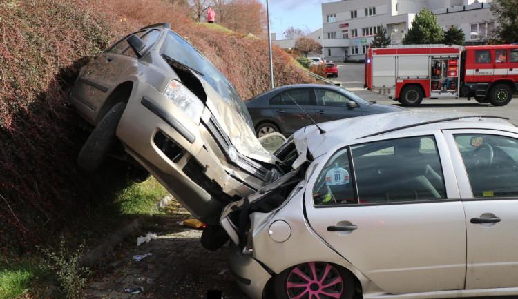 Známe důvody páteční kuriózní nehody. Senior (84) nezvládl řízení vozu, který si nechal roztlačit