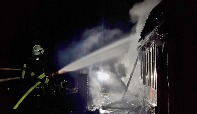 Při požáru chatky na Klatovsku zemřel dnes ráno jeden člověk