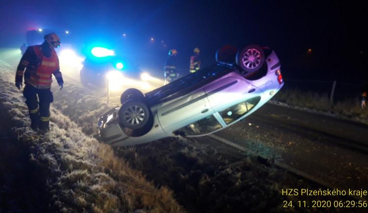 Pozor na kluzké vozovky, od rána vyjíždějí hasiči k množství nehod. Nejhorší situace je na I/20 na severním Plzeňsku