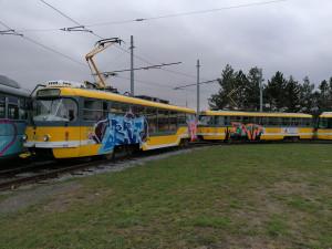 Sprejeři v noci vyzdobili graffiti několik plzeňských tramvají ve smyčce na Skvrňanech