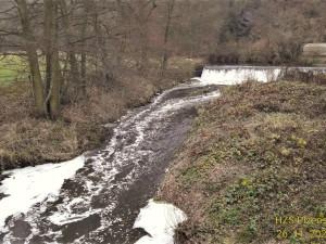 Vodu v řece Klabavě dnes ráno napěnila neznámá látka, na místě zasahovali hasiči