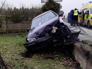 Opilý řidič vletěl s vozem na zahradu u domu, mladý motorista přistál na boku