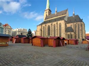 Plzeň bude mít tradiční vánoční trhy, na náměstí Republiky už stojí 85 stánků