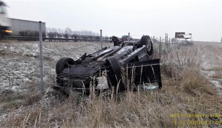 Ford vyletěl z dálnice D5 a přistál na střeše, řidič vyvázl zázračně bez zranění