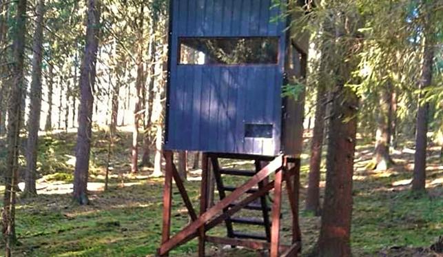 Kuriózní krádež, neznámý pachatel odvezl z lesa myslivecký posed