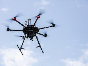 Létáte s dronem? Začnou platit nová přísnější pravidla pro jejich provozování
